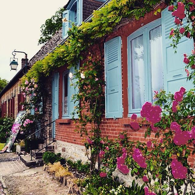 Gerberoy and the annual rose festival tripelonia trips - Fete de la rose gerberoy ...